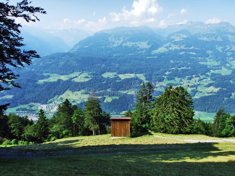 Высокогорные фермы и конюшни поголовья на наклонах горной цепи Churfirsten в регионе Toggenburg стоковые изображения rf