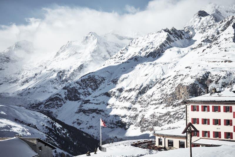 Высокогорный дом в высоких горах покрытых облаками стоковые фотографии rf