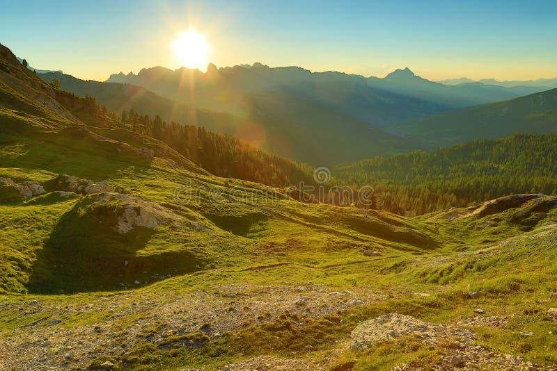 Download высокогорный заход солнца стоковое изображение. изображение насчитывающей трава - 40576611