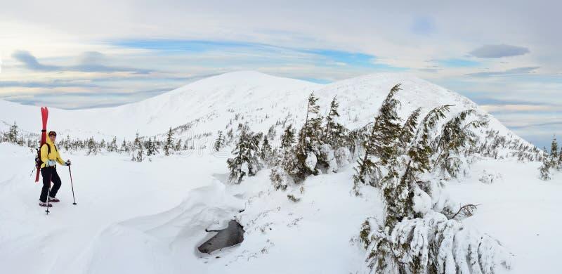 Высокогорный путешествуя лыжник в горе зимы стоковое изображение rf