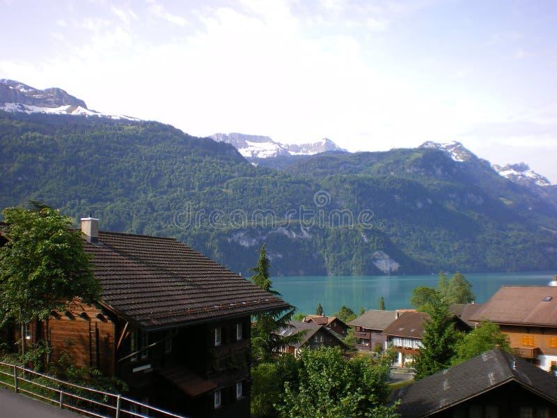высокогорный швейцарец озера chalets brientz стоковые фотографии rf