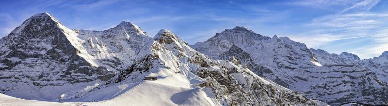 4 высокогорных пики и лыжного курорта в швейцарских горных вершинах стоковое фото rf
