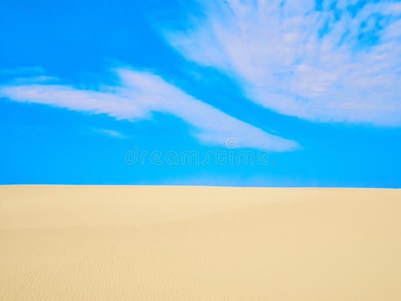 Высокое голубое небо с небольшим облаком над песчанными дюнами на солнечный летний день Вертел Curonian включен в мире ЮНЕСКО стоковое изображение rf