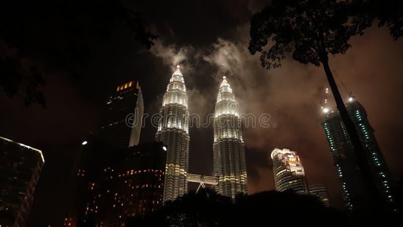 451 высокое Куала Лумпур Малайзия измеряют башни petronas ночи стоковая фотография