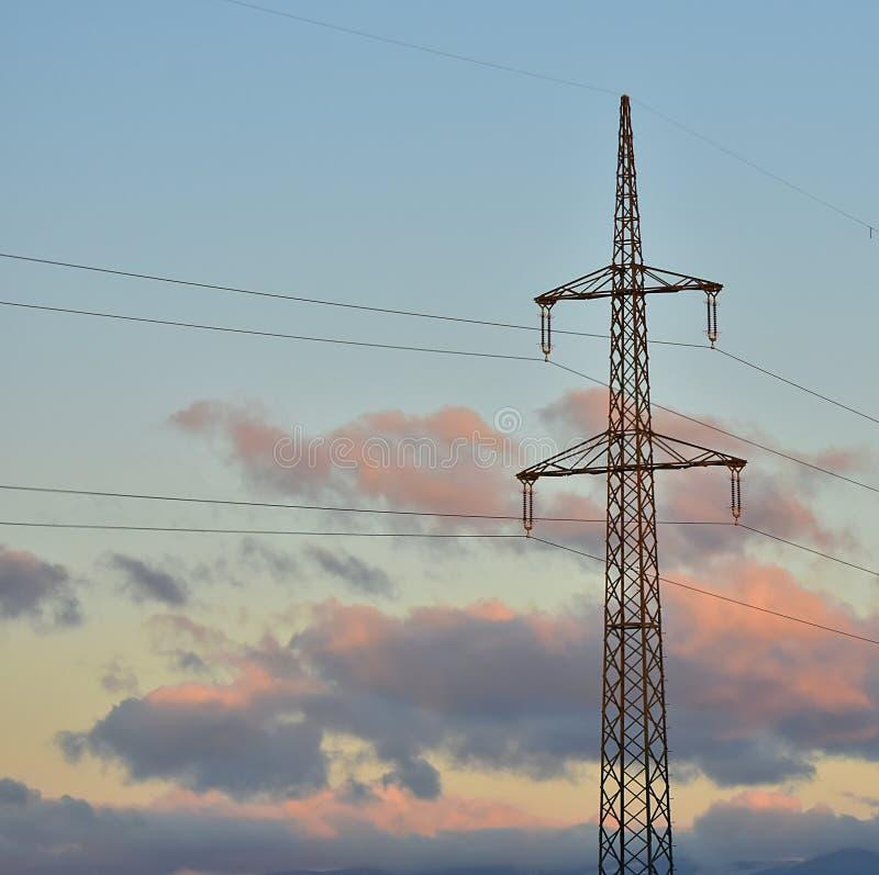 Download Высокое напряжение на линиях электропередач Стоковое Изображение - изображение: 102711687