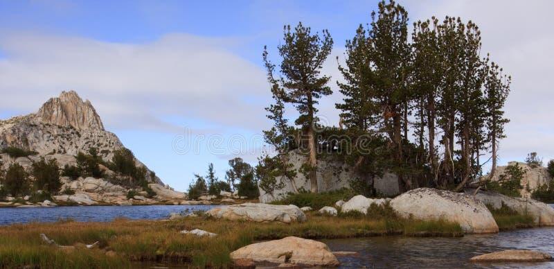 высокое озеро выступает Сьерру стоковая фотография