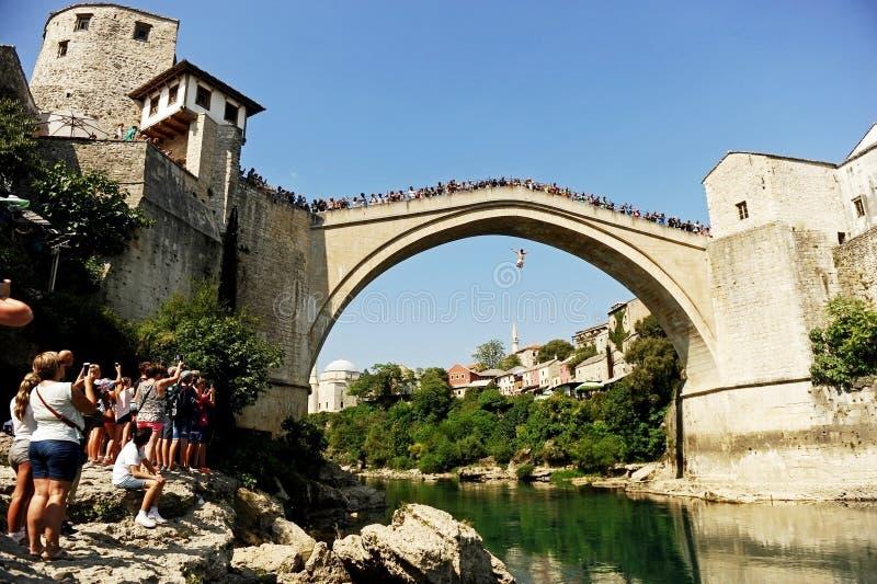 Высокое подныривание в реку Neretva в Мостаре стоковые фотографии rf