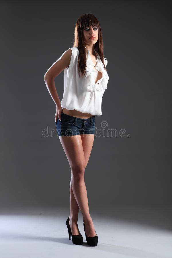 высокорослое красивейшей гонки смешанной модели девушки способа тонкое стоковое фото