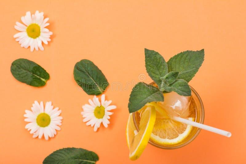 Высокорослое стекло холодного освежая лимонада лета с льдом, лимоном sl стоковые изображения rf