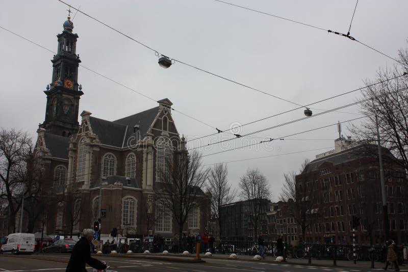 Высокорослые голландские здания построенные в красных кирпичах в стиле Амстердама холодный день осени, серый и пасмурный стоковая фотография rf