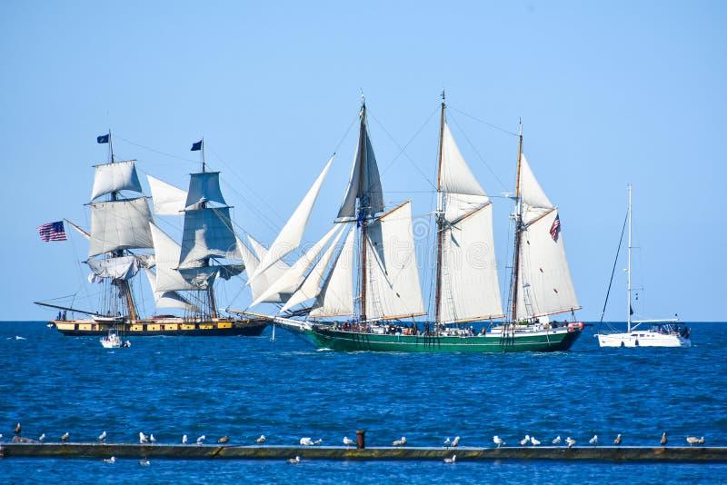 Высокорослые корабли проходят парадом на Lake Michigan в Kenosha, Висконсине стоковые фотографии rf