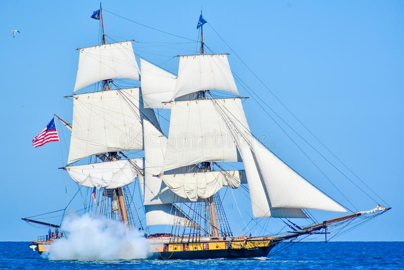 Высокорослые корабли проходят парадом на Lake Michigan в Kenosha, Висконсине стоковые изображения rf