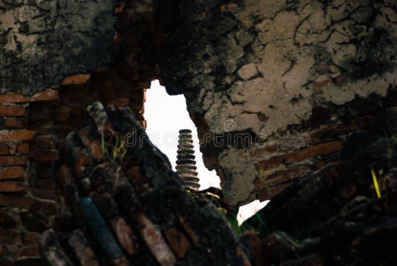 Высокорослый висок снятый издалека через отверстие в стене стоковое изображение rf