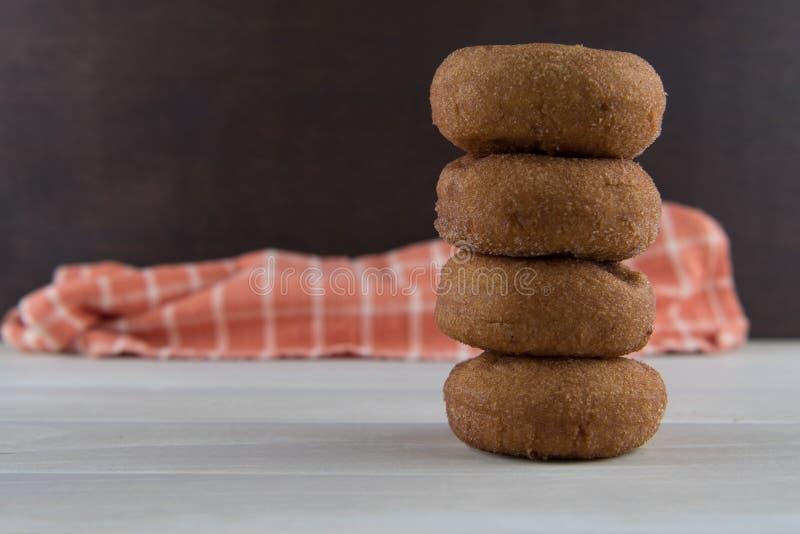 Высокорослый стог Donuts яблочного сидра стоковые изображения rf