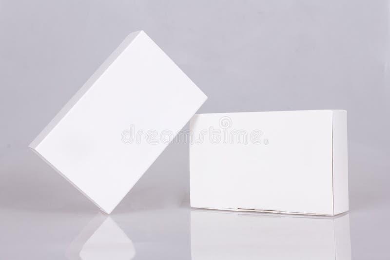 2 высокорослых белых коробки Модель-макет готовый для вашего дизайна Перспектива коробки шаблон картины ярлыка коробки пустой фло стоковое фото rf