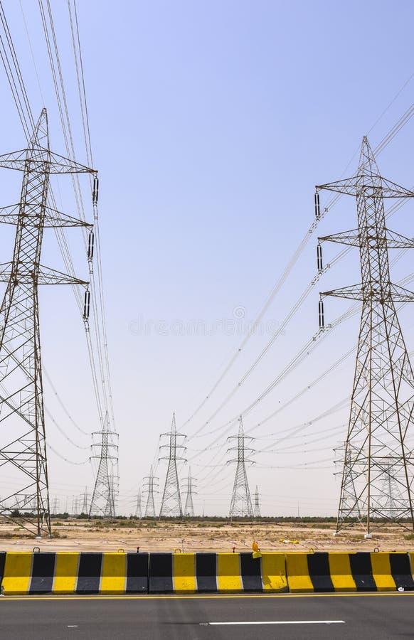 Высокорослая башня силы около шоссе стоковые фотографии rf