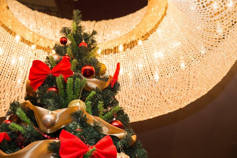 Высокорослая рождественская елка с блеском стоковая фотография