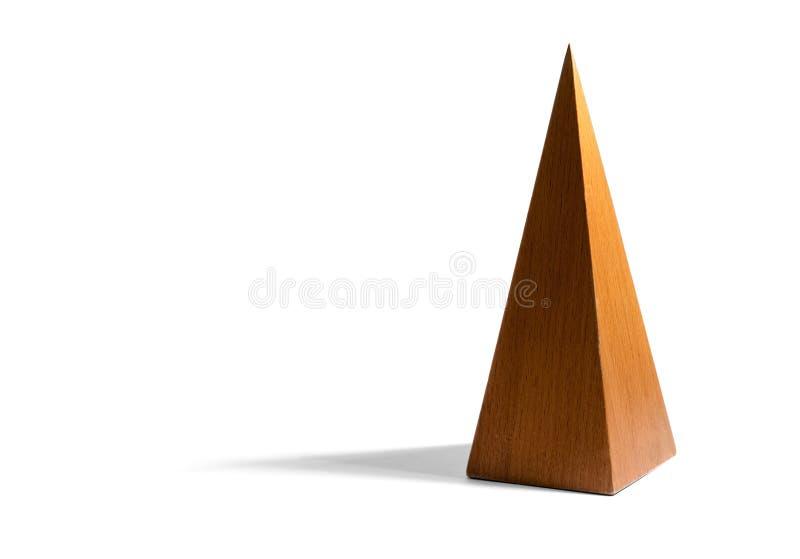 Высокорослая, тощая деревянная пирамида на белой предпосылке стоковые изображения rf