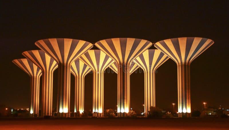 Высокорослые водонапорные башни на ноче стоковые изображения
