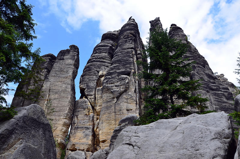 Высокорослые высокие утесы и голубое небо в фотографии иллюстрации национального парка стоковое изображение