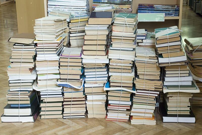 Высокорослые стога старых книг стоковая фотография rf