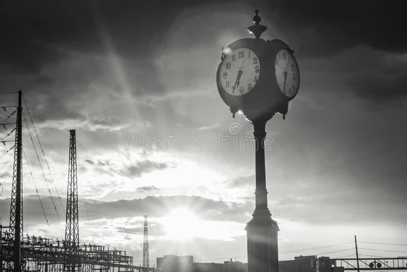 Высокорослые часы против неба Sunburst стоковое изображение