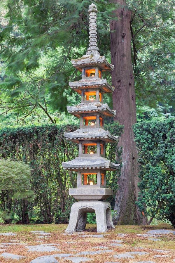 Высокорослый каменный фонарик на японском саде стоковые фотографии rf