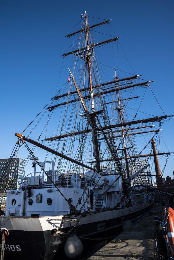 Высокорослый корабль в доке Альберта комплекс зданий и складов дока в Ливерпуле, Англии стоковые изображения rf