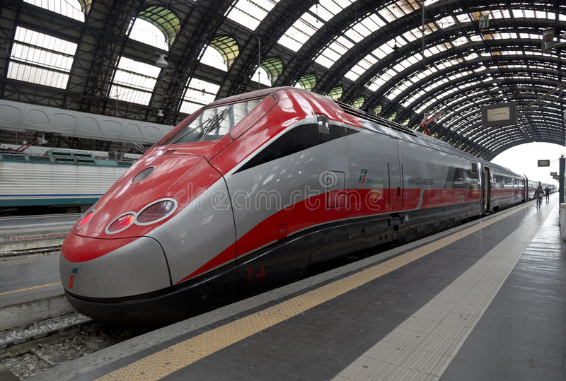 Высокоскоростной Eurostar тренирует на железнодорожном вокзале в милане стоковая фотография