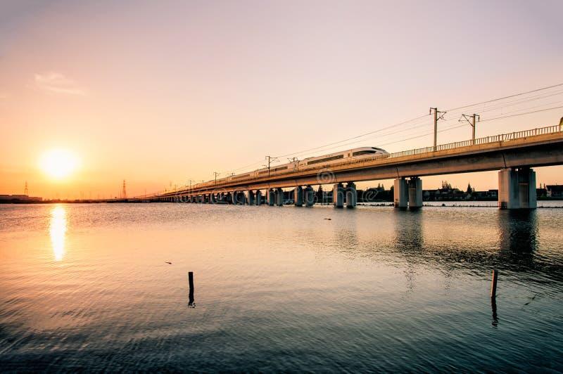 Высокоскоростные пропуски железной дороги через реки и озера стоковые фото