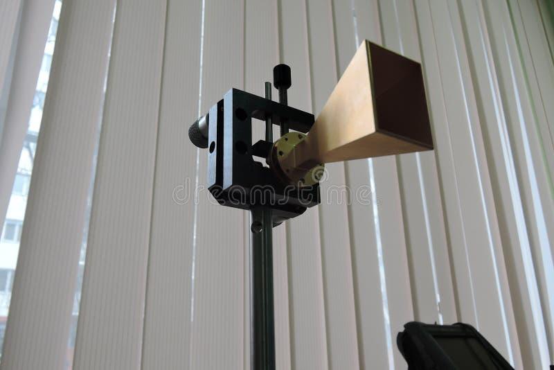 Высокочастотная рупорная антенна на держателе лаборатории стоковое изображение rf