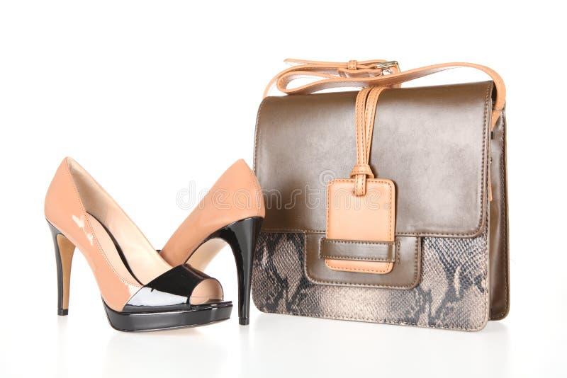 Высоко-накрененные ботинки и кожаная сумка стоковое фото rf