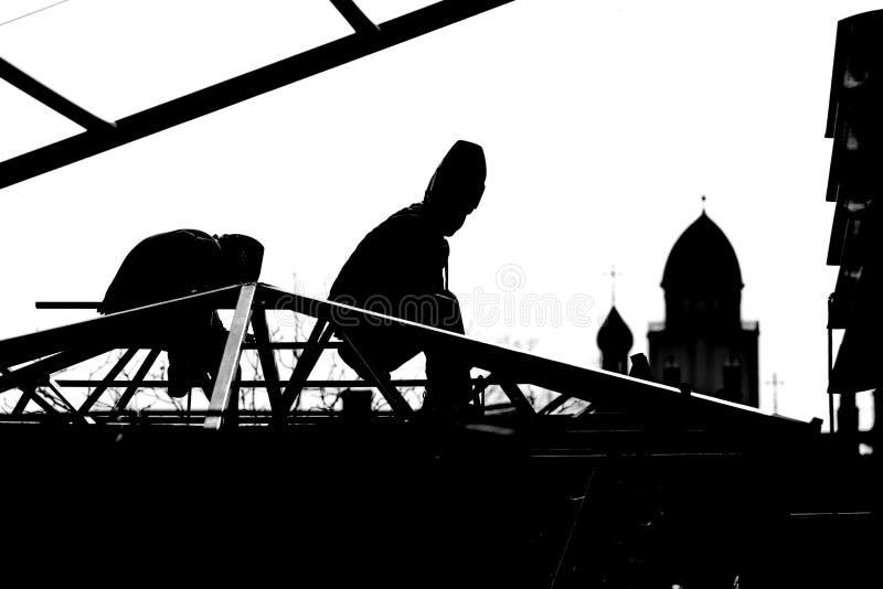 Высоко-построители работников строят крышу стоковые фотографии rf