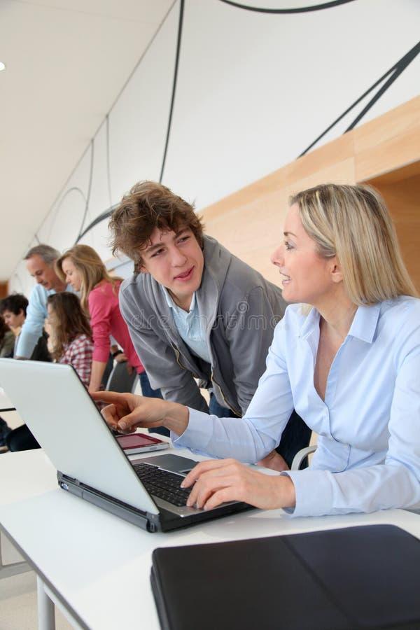 Высок-schoolers в тренировке компьютера стоковое изображение