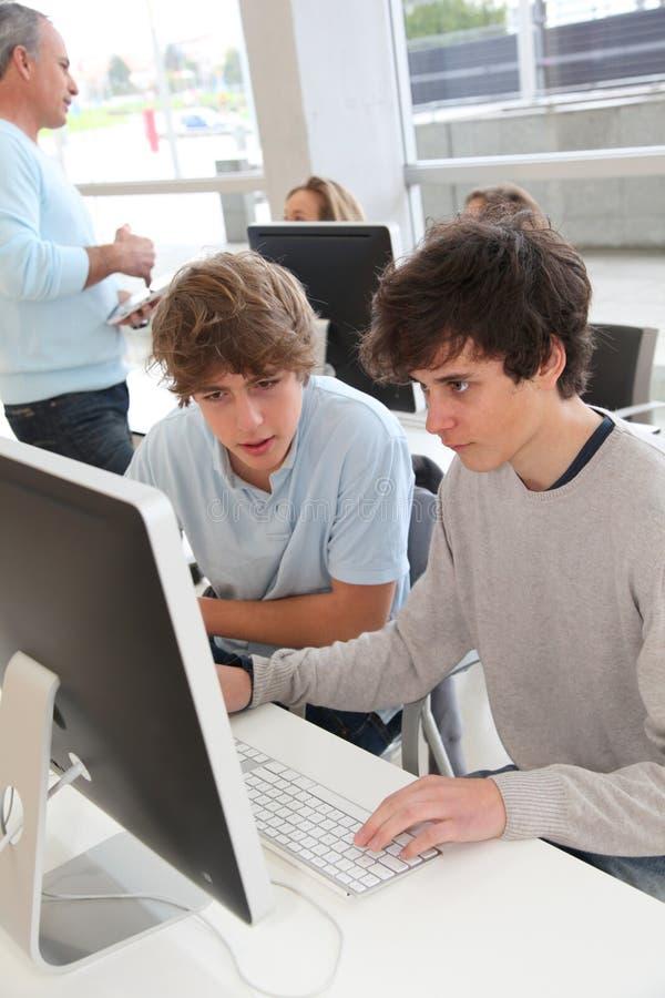 Высок-schoolers в тренировке компьютера стоковые изображения