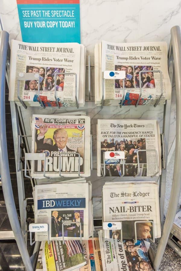 Выставка газетных заголовков то Дональд j Trump выигранные президентские выборы, 9-ое ноября 2016 - демократия в действии стоковые изображения rf