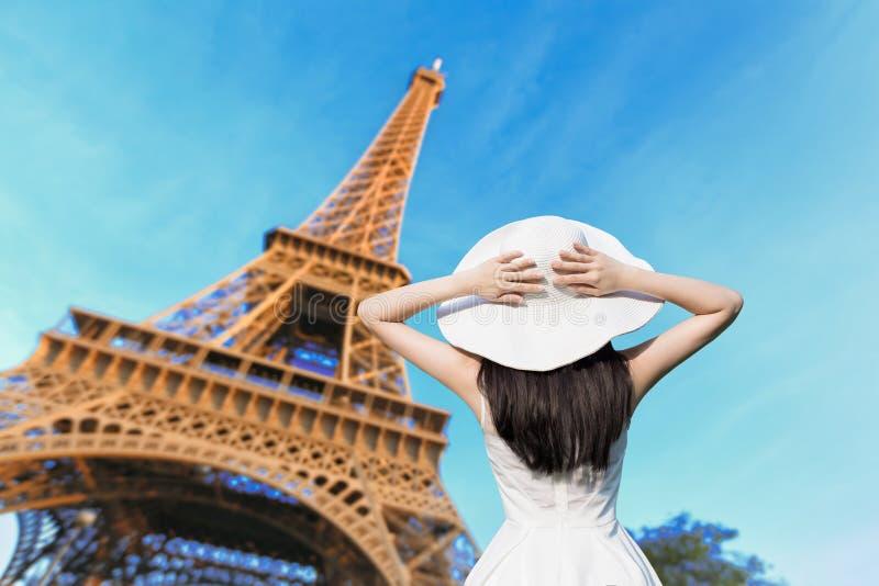 Выставка женщины с Парижем eiffel стоковое изображение rf