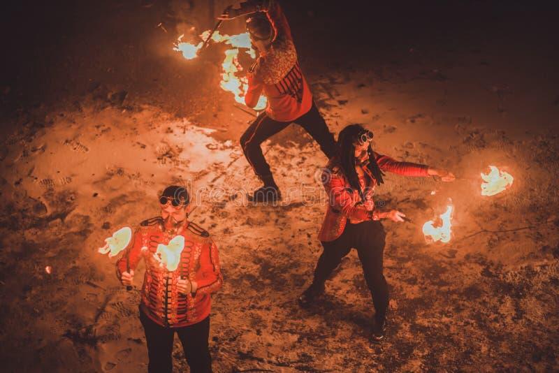 Выставка огня красоты в темноте стоковое фото rf