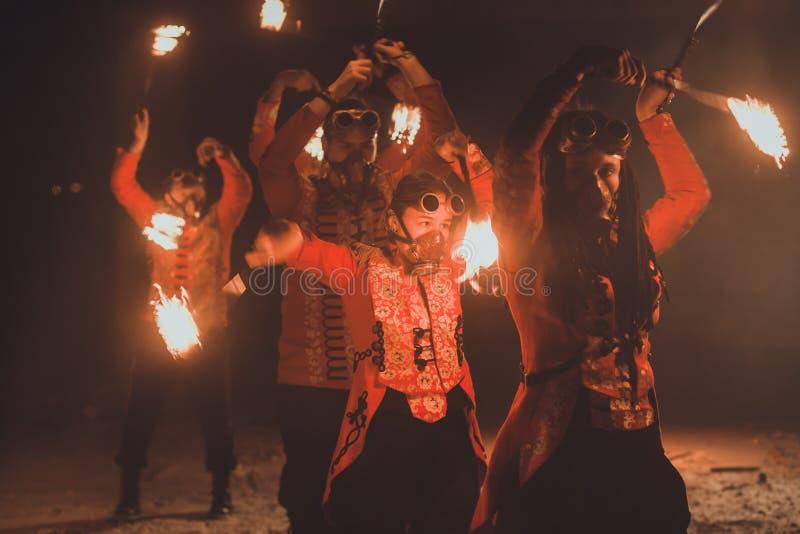 Выставка огня красоты в темноте стоковая фотография rf