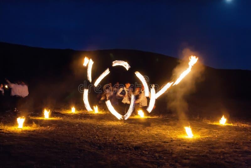 Выставка огня света замораживания сильно в горах стоковое фото rf