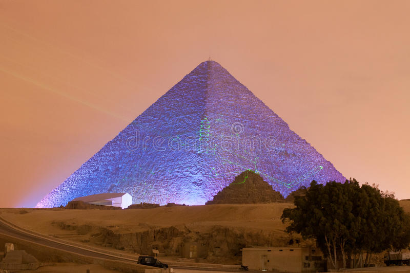 Выставка пирамиды Гизы и света сфинкса на ноче - Каире, Египте стоковое фото