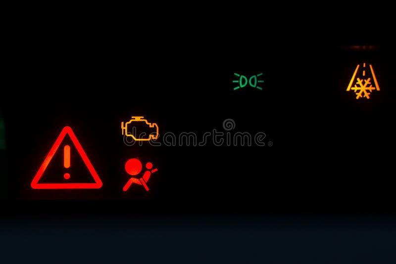 Выставка предупредительного светового сигнала излучений двигателя на черной предпосылке стоковая фотография rf
