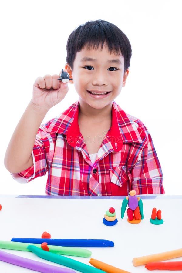 Выставка ребенка его работает от глины, на белизне Усильте imagina стоковое фото rf