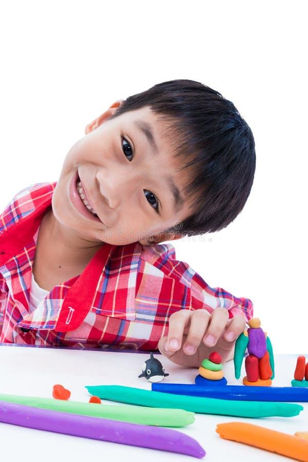 Выставка ребенка его работает от глины, на белизне Усильте imagina стоковое изображение rf