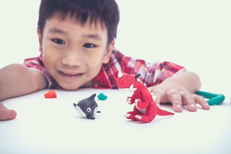 Выставка ребенка его работает от глины, на белизне Усильте imagina стоковое фото