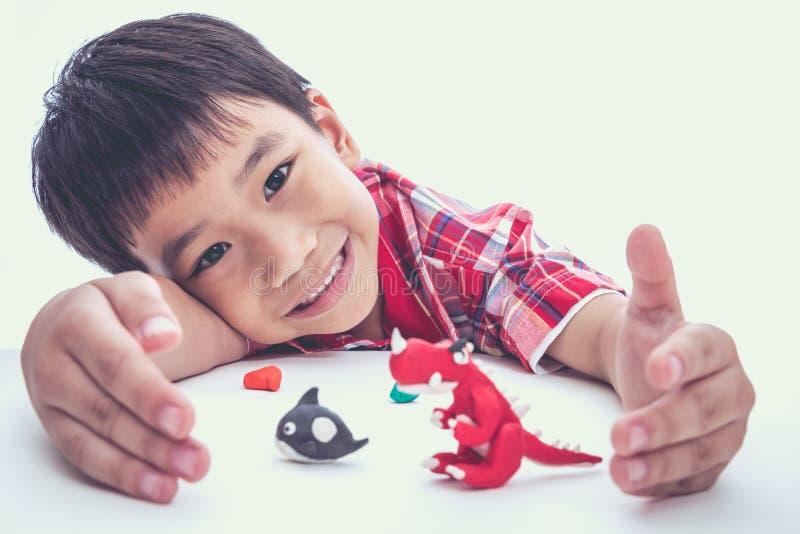 Выставка ребенка его работает от глины, на белизне Усильте imagina стоковые фото