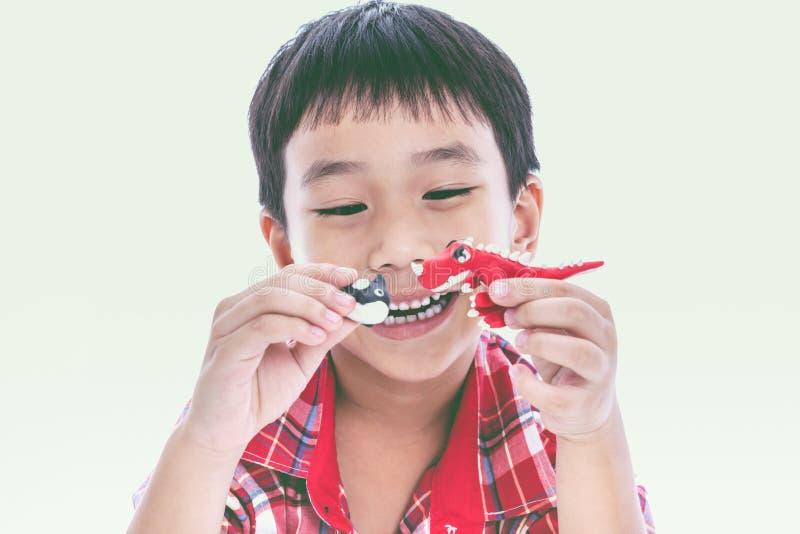 Выставка ребенка его работает от глины, на белизне Усильте imagina стоковое изображение
