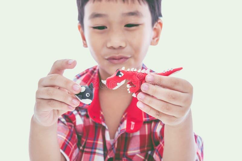 Выставка ребенка его работает от глины, на белизне Усильте imagina стоковые изображения rf