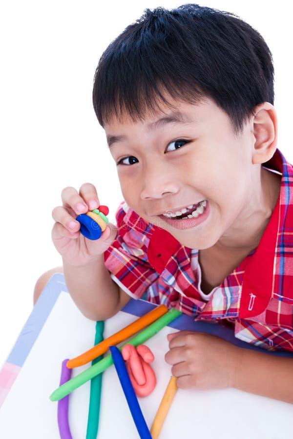 Выставка ребенка его работает от глины, над белизной Усильте imagi стоковое фото