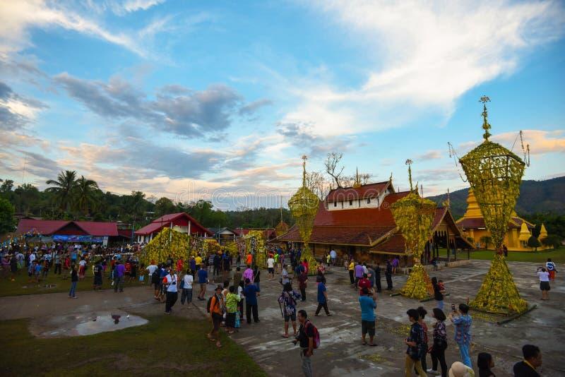 Выставка традиции фестиваля большой бамбук с цветками на Таиланде стоковое фото